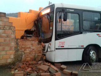 ônibus-invade-residência-em-lafaiete-01