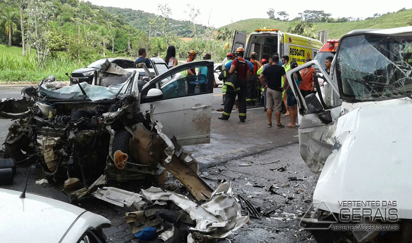 COLISÃO NA 040 DEIXA UMA MULHER GRAVEMENTE FERIDA E VEÍCULO FICA DESTRUÍDO