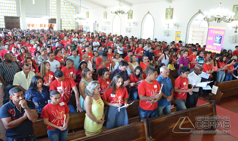 CERCA DE 120 JOVENS FORAM CRISMADOS NA PARÓQUIA DE SANTO ANTÔNIO EM BARBACENA