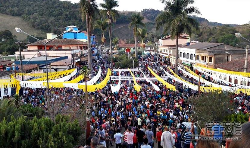 Fiéis Lotam as ruas de Cipotânea para homenagear São Caetano