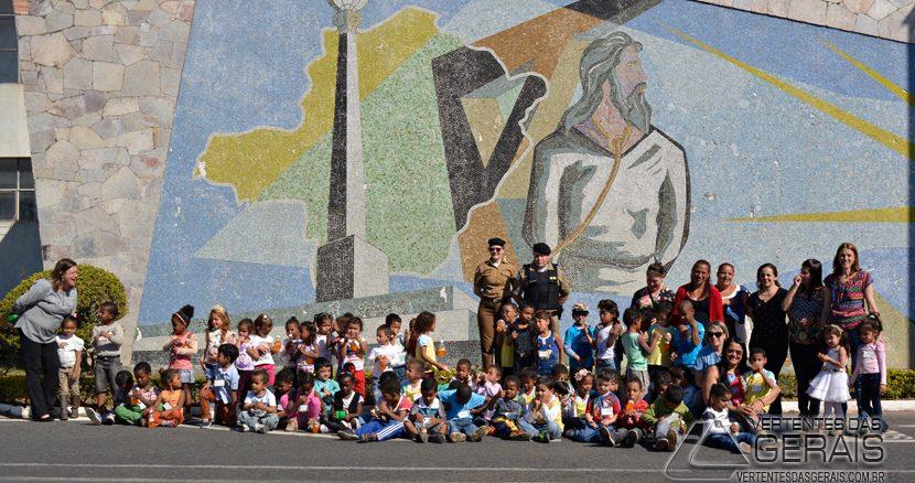 alunos-da-escola-são-miguel-arcanjo-de-barbacena-visitam-o-nono-batalhão-da-pmmg-01