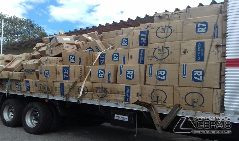 CAMINHÃO COM CARGA DE CIGARROS É APREENDIDO NA ESTRADA DE PINHEIRO GROSSO