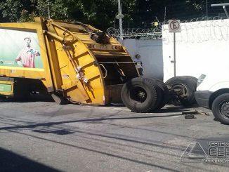 Eixo se solta de caminhão de lixo na Rua catumbi. (Foto: Carina Pereira/TV Globo)