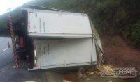 caminhão-tomba-na-040-e-carga-é-saqueada-01
