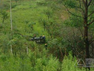 capotamento-de-veículo-ás-margens-da-br265-01