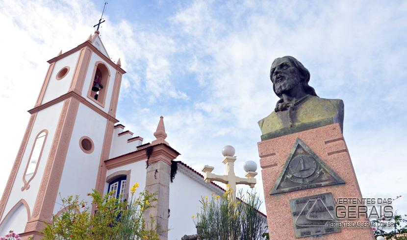 COLUNA IMAGENS: MONUMENTO EM HOMENAGEM Á TIRADENTES