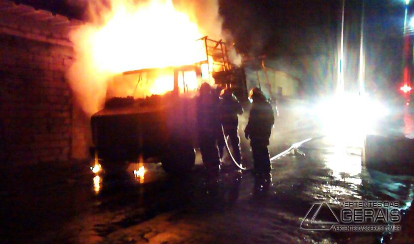 Caminhão pega fogo em via pública