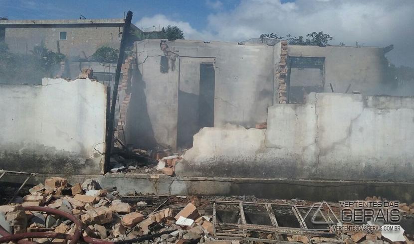 Incêndio destrói residência no Distrito de Torres em Barbacena