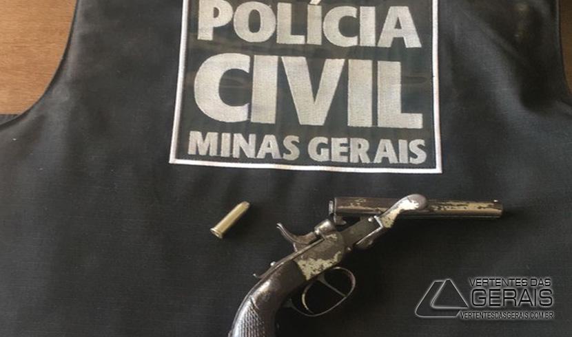 No momento da prisão a polícia apreendeu uma arma de fogo com o autor (Foto: Polícia Civil/Divulgação)