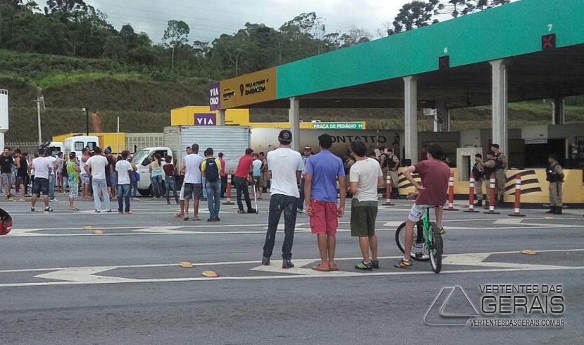 MANIFESTANTES PARALIZAM A 040 NO PEDÁGIO EM CORREIA DE ALMEIDA