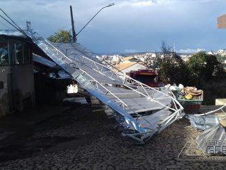 telhado-de-zinco-cai-sobre-fiação-em-conselheiro-lafaiete-01