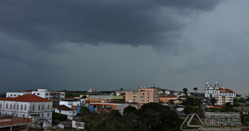 O tempo fechou no meio da tarde desta sexta feira(21) em Barbacena.