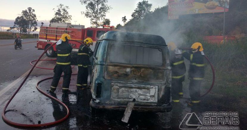 veiculo-incendiado-em-rodovia-02