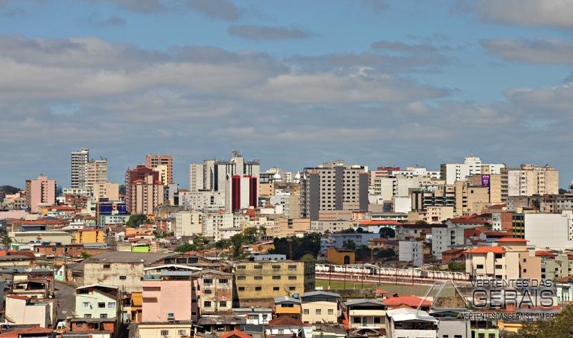 Céu parcialmente nublado em Barbacena.