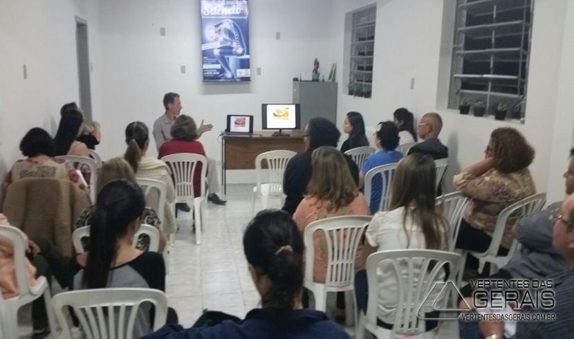 ACADÊMICAS DO CURSO DE PSICOLOGIA DA UNIPAC PROMOVEM PALESTRA SOBRE  FIBROMIALGIA