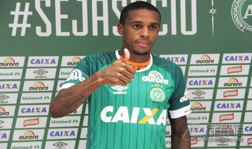 Marcelo com a camisa da Chapecoense (Foto: Cleberson Silva/Chapecoense)