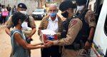 """POLICIAIS MILITARES DISTRIBUEM LEITE ARRECADADO DURANTE CAMPANHA """"DISTRIBUA AMOR"""""""