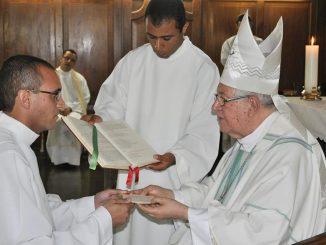 Diácono rodrigo Artur com o Arcebispo de Mariana ,Dom Geraldo Lyrio Rocha.