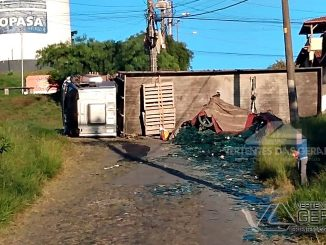 Caminhão-tomba-e-carga-fica-espalhada-em-via-pública-do-bairro-diniz-02