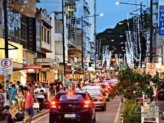 Rua-XV-de--Novembro-com-enfeites-de-Natal-foto-Januário-Basílio