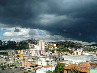 O tempo fechou na tarde desta segunda fera em Barbacena. (Fotografia: Carlos Silva)