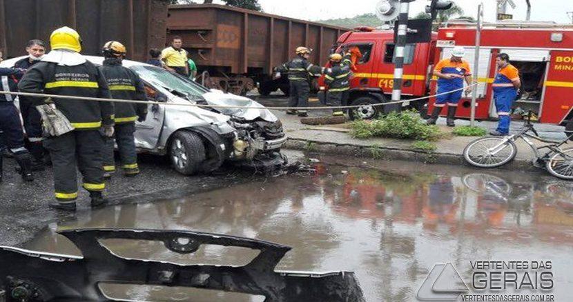 Acidente envolvendo carro e locomotiva ocorreu em Juiz de Fora (Foto: Corpo de Bombeiros/Divulgação)