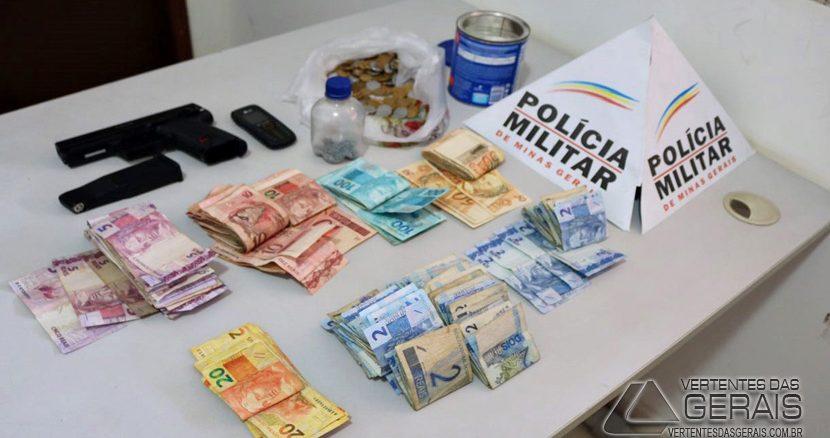 Dinheiro, armas e drogas apreendidos em Antônio Carlos.