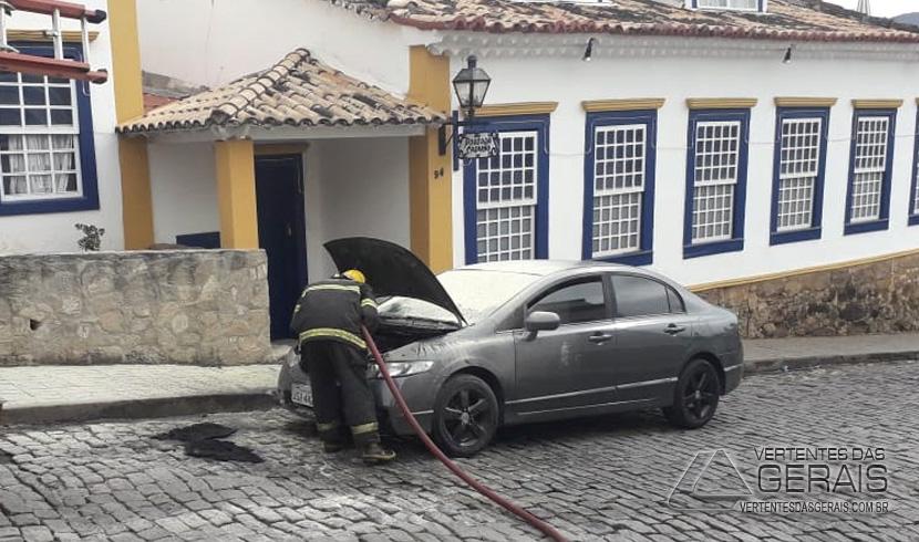 bombeiros-combetem-princípio-de-incêndio-em-veículo-em-sjdr-02