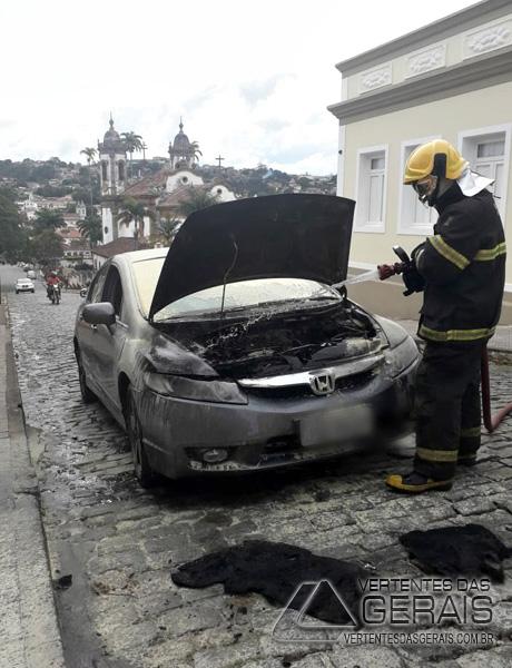 bombeiros-combetem-princípio-de-incêndio-em-veículo-em-sjdr-03