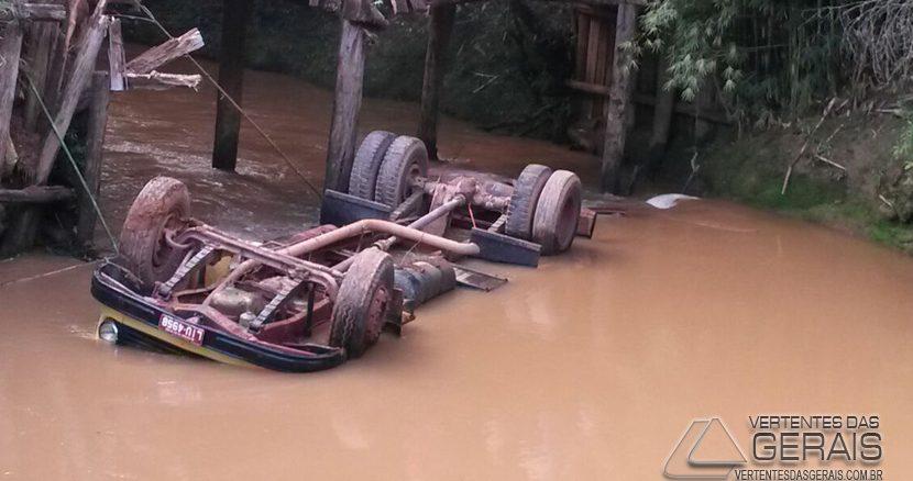 caminhão-cai-em-rio-04