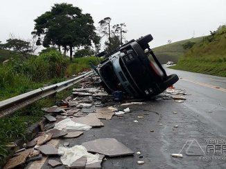 caminhão-tomba-na-br-040-em-santos-dumond-01