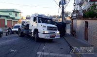 caminhão-tomba-na-floriano-peixoto-01