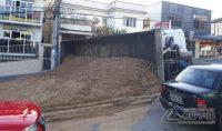 caminhão-tomba-na-floriano-peixoto-03