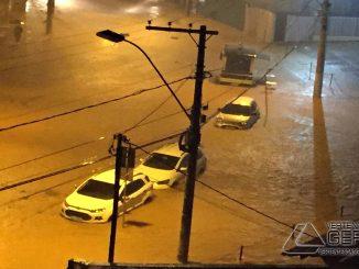 chuva-provoca-alagamento-na-rua-sena-madureira-no-pontilhão-em-barbacena-01
