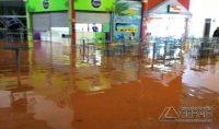 Água invadiu praça de alimentação de shopping em Lavras (Foto: Reprodução / Redes Sociais)