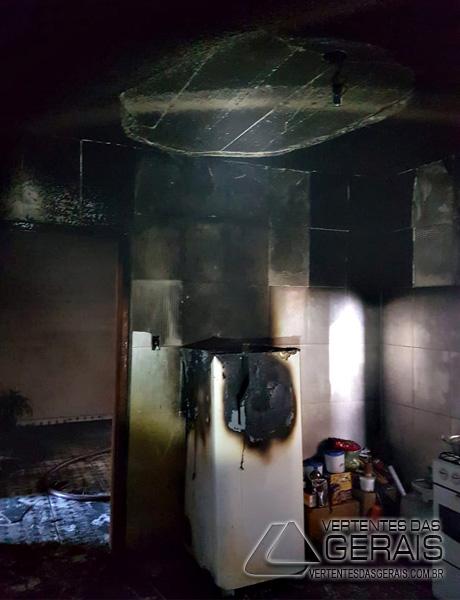 combate-a-incendio-em-residencia-de-barbacena-01