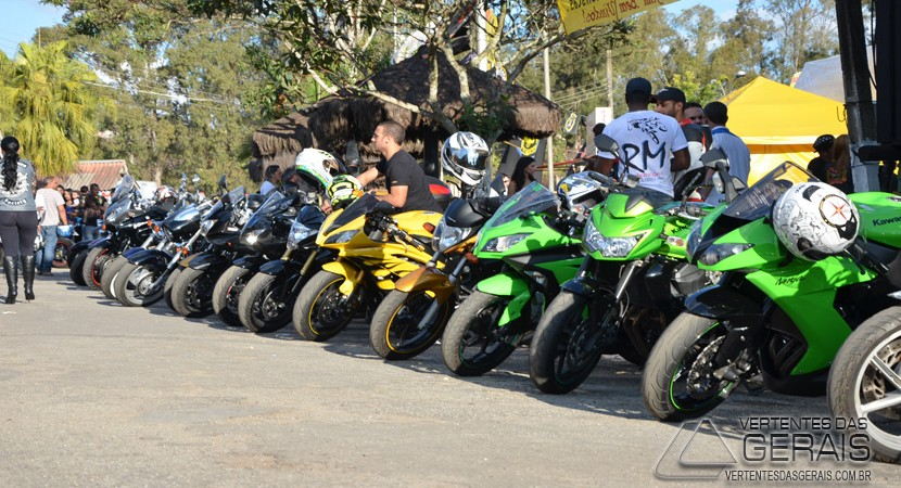encontro-de-motociclistas-no-parque-de-exposições-de-barbacena-vertentes-das-gerais-januario-basilio-01