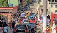 Equipes realizando as doações em um bairro de Barbacena. Foto enviada por Jhonata Maradona