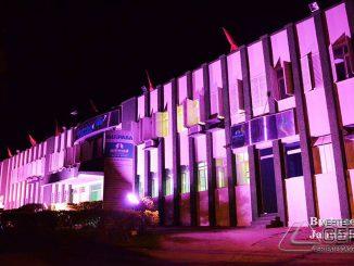 """Fachada do Hospital Ibiapaba em Barbacena, com as cores do """"Outubro Rosa"""". (Foto registrada em 2015)"""