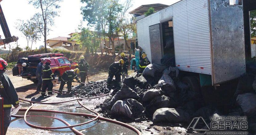 incêndio-em-caminhão-com-carvão-02
