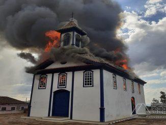 incêndio-na-icapela-santa-rita-em-diamentina-mg-foto-cbmg-01