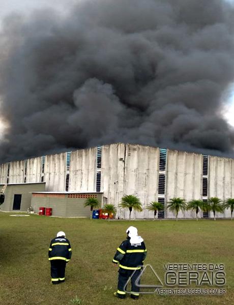 incendio-na-fabrica-da-marluvas-em-dores-de-campos-mg-08