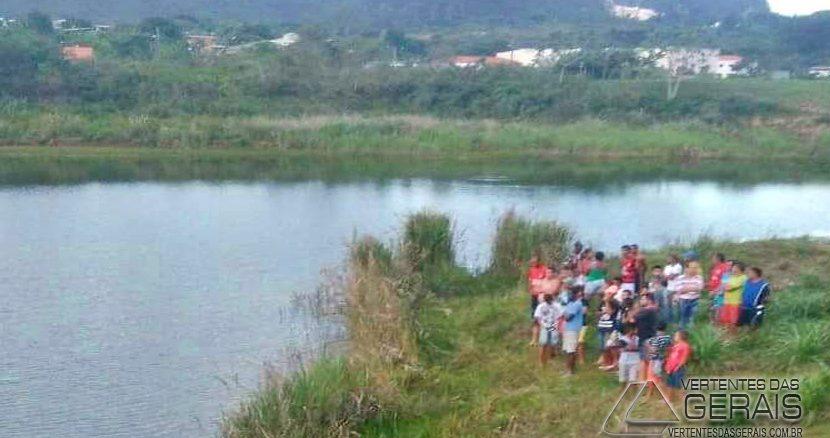 Populares observam os trabalhos de mergulho dos bombeiros na Lagoa dos Cordões