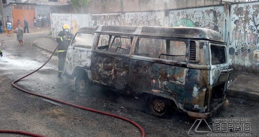 kombi-pega-fogo-no-bairro-nove-de-março-em-barbacena-01