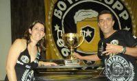 Marcelo Pereira ao lado da esposa, Michele Moreira.