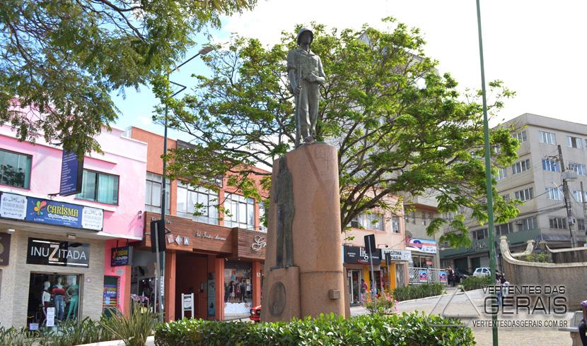 monumento-na-praça-do-rosario-em-barbacena-foto-januario-basilio-01