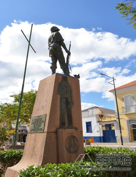 monumento-na-praça-do-rosario-em-barbacena-foto-januario-basilio-02