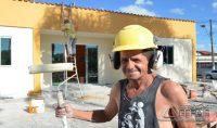 O pintor Almir Hespanhol , ajudando na recuperação do prédio.