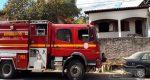 BOMBEIROS RESGATAM CORPO CARBONIZADO DURANTE COMBATE A INCÊNDIO EM RESIDÊNCIA