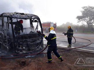 onibus-pega-fogo-na-br-040-em-lafaiete-05
